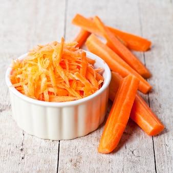 Свежая морковь в белом шаре