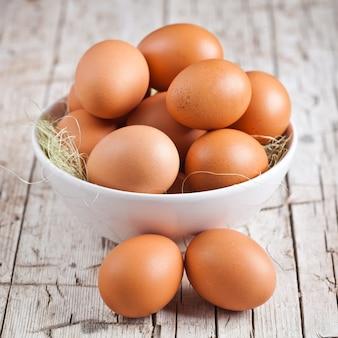 Свежие яйца в миске