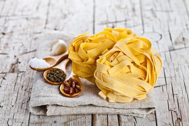 Сырые яичные макароны и специи
