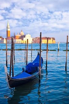 ヴェネツィアの大運河にゴンドラ