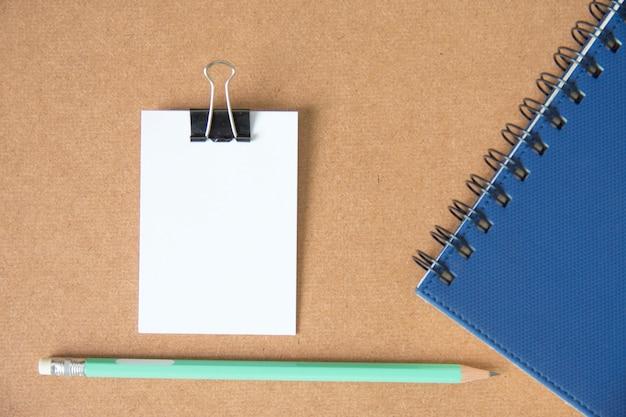 コルクボード上の鉛筆で白い紙のメッセージのメモ