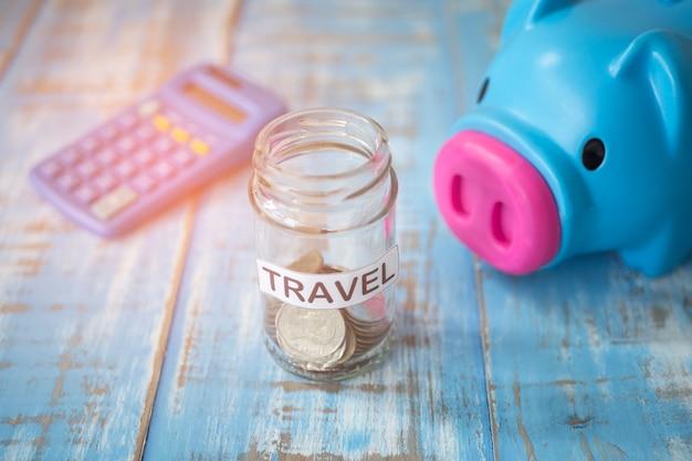 旅行、休暇または旅行のための瓶のお金を節約する