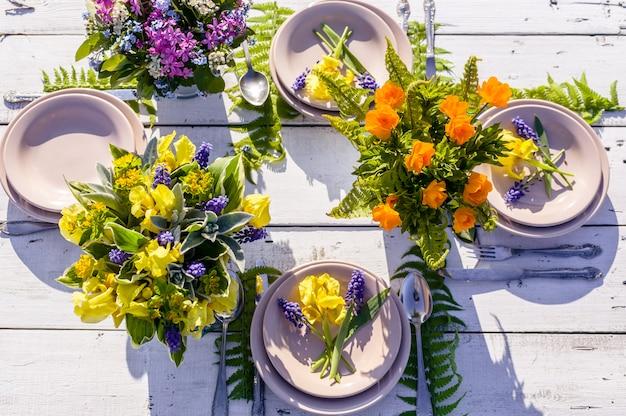 素朴なスタイルの結婚式。野生の花のブーケ。屋外ウェディング
