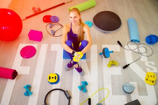 Девушка с аксессуарами для фитнеса