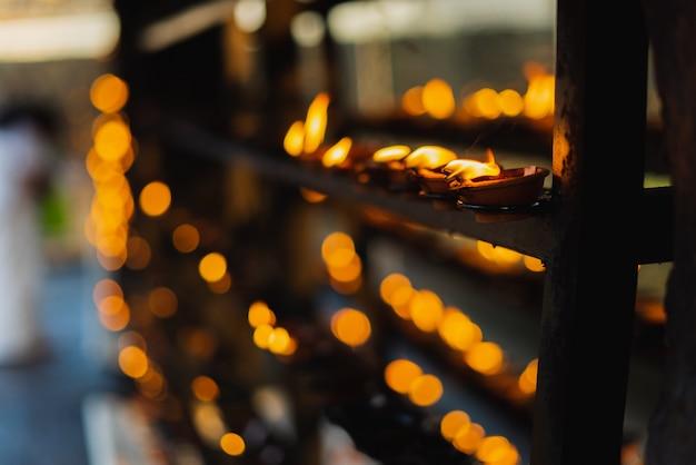ヒンズー教の寺院のココナッツオイルランプ