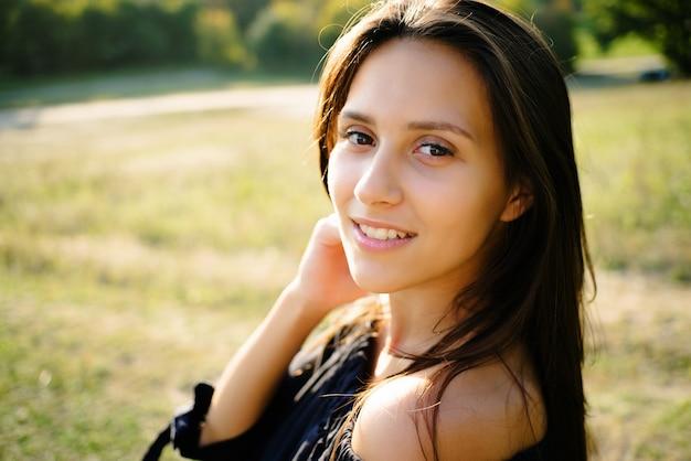 公園の少女のクローズアップの肖像画