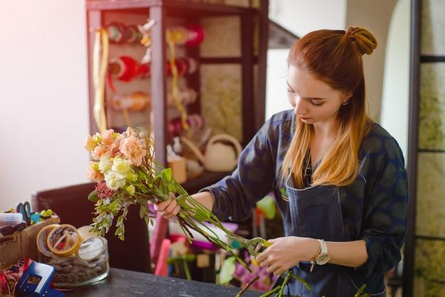 いくつかの花を生ける花屋