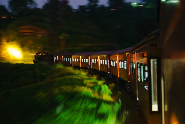 スリランカの列車の夕方の組成旅行アジア