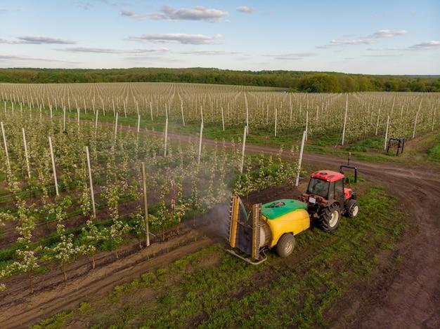 化学処理リンゴ果樹園機械噴霧器トラクター開花産業