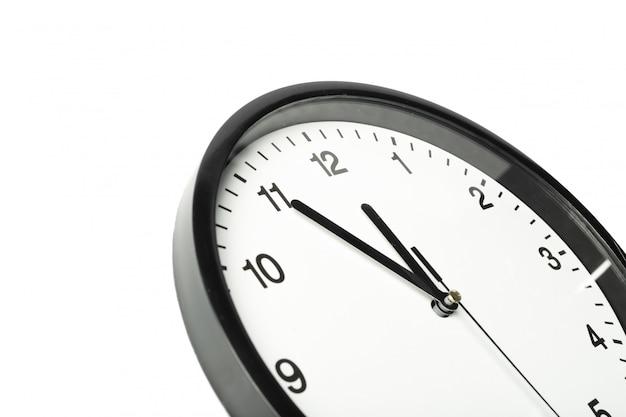 シンプルなクラシックな黒と白の丸い壁掛け時計