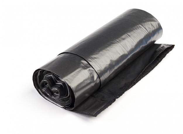 白で隔離されるプラスチック製のゴミ袋のロール