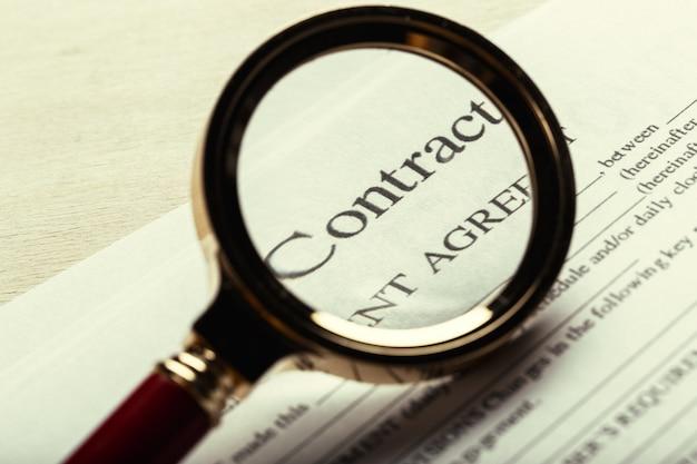 Крупным планом выстрел из очков на документах контрактного документа