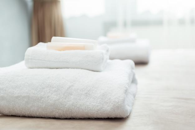 ホテルのお客様用客室のベッドの上の白いタオル