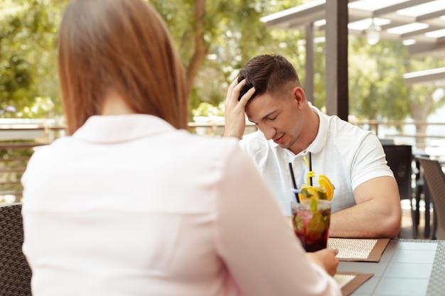 関係の問題を抱えて、カフェで話しているカップル