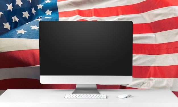 米国の旗とラップトップ