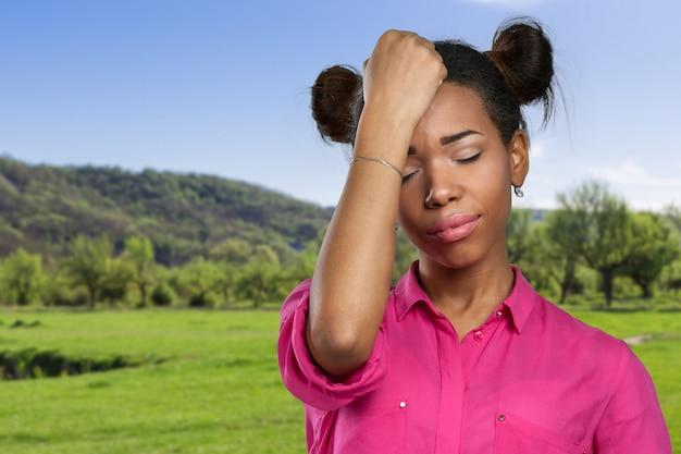 Вскользь черная женщина с головной болью