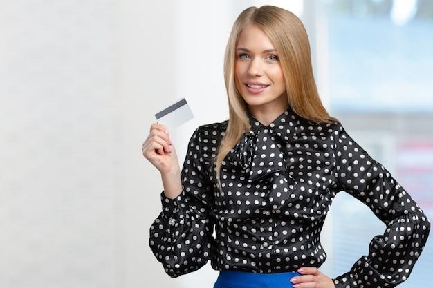 Молодая женщина с кредитной картой