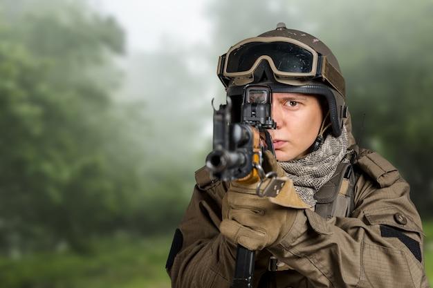 ライフルを持つ特殊部隊の兵士