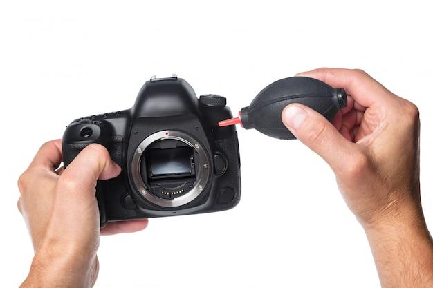 Фотоаппарат в руке на белом