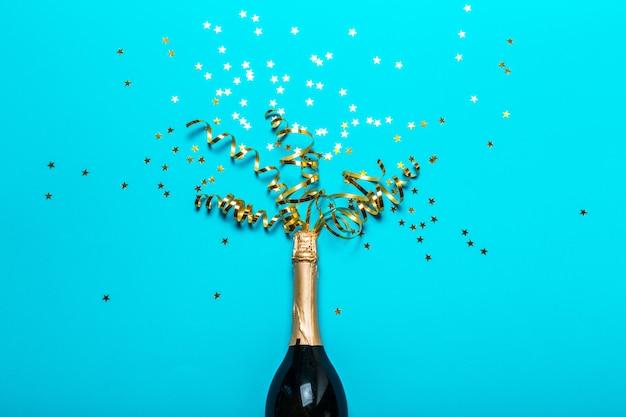 カラフルなパーティーの吹流しとシャンパンのボトル