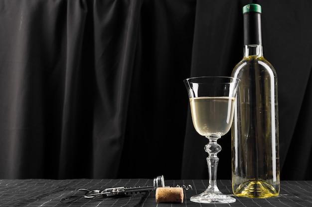 ワインのボトルとグラス