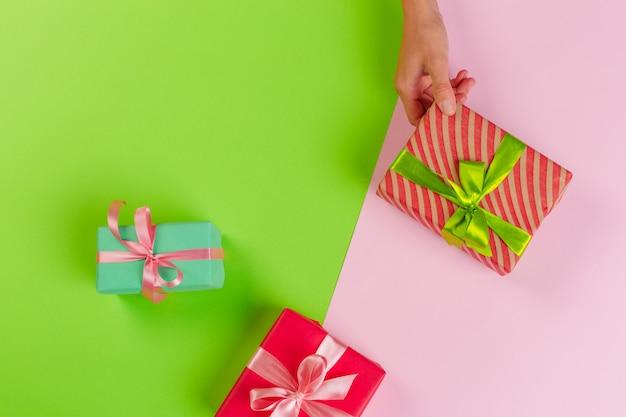 Женщина, держащая подарочной коробке на цвет