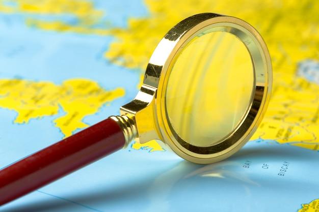 虫眼鏡と地図