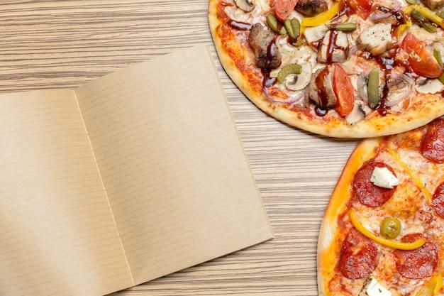 Пицца с чистым листом бумаги с копией пространства