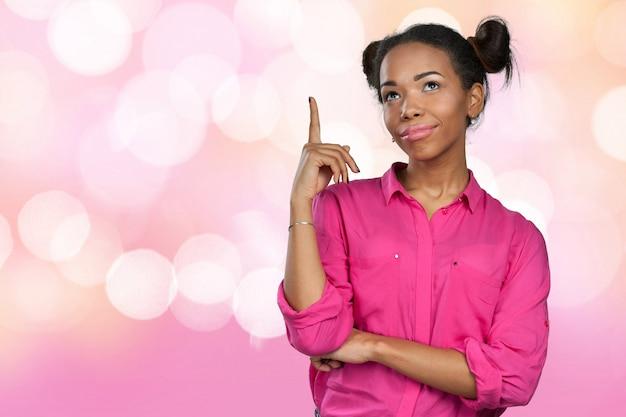 若いアフリカ系アメリカ人女性がアイデアを思い付いた