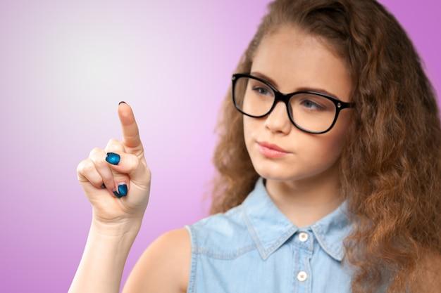 指しているエレガントな若い女性