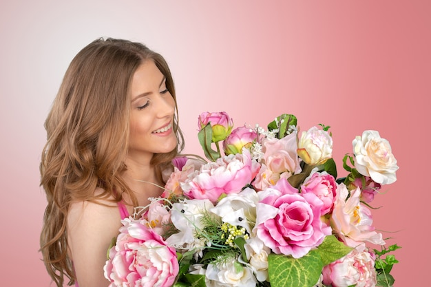 Женщина с букетом весенних цветов