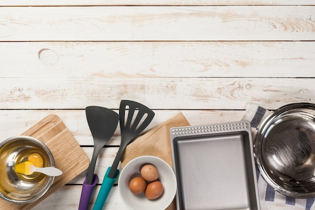 Приготовление выпечки, вид сверху на различную посуду и ингредиенты для выпечки
