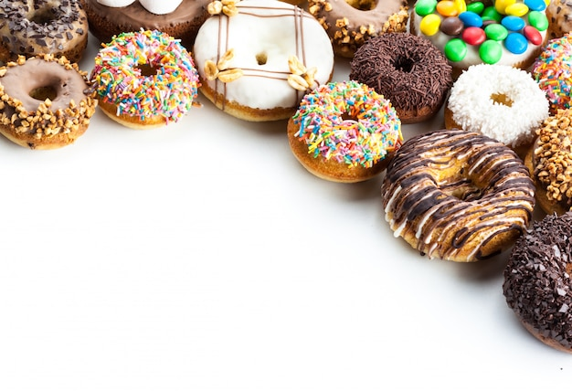 Вкусные пончики с глазурью, изолированные на белом
