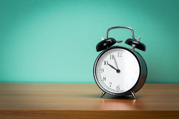 テーブルの上のレトロな目覚まし時計。