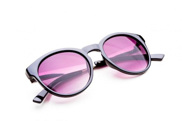 Солнцезащитные очки на белом фоне