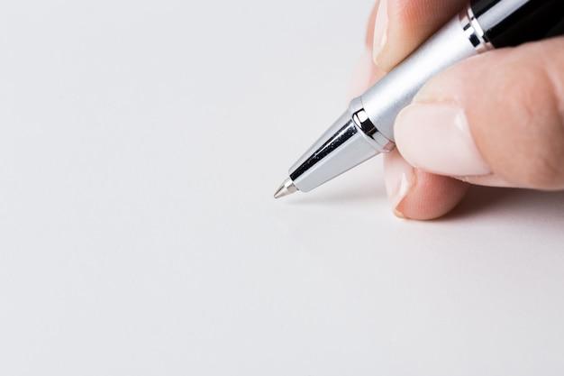 ペンを手に