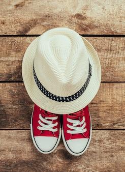 スニーカーと帽子