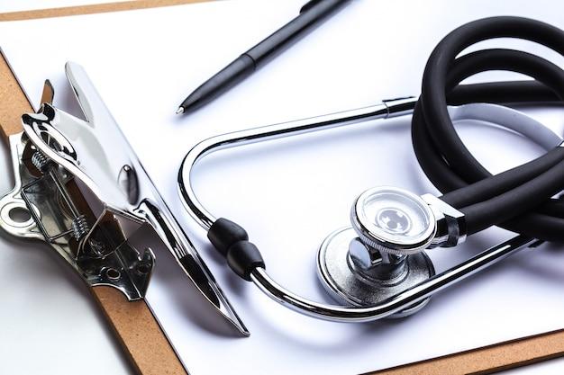 聴診器でテーブルの上に横たわる空の処方