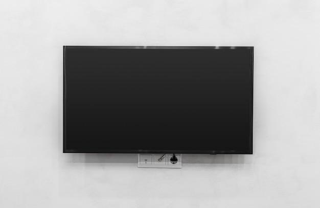 壁にテレビを率いて