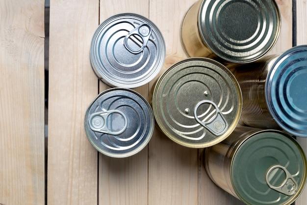 木の上の食べ物のブリキ缶