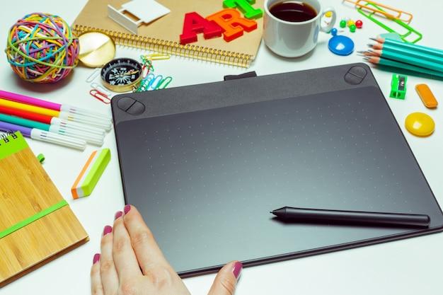 コンセプトアーティストのデスクトップ。グラフィックタブレット