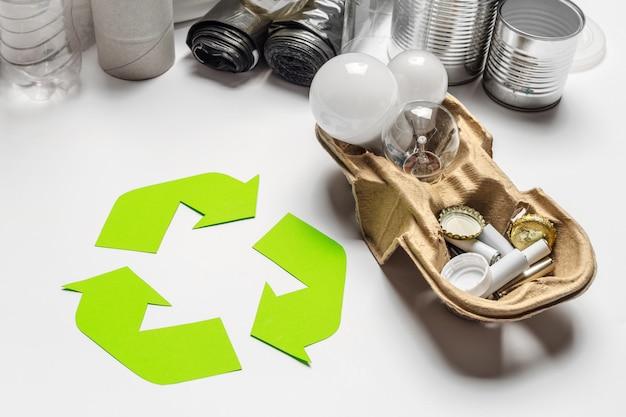テーブルの背景の上にリサイクルシンボルとエコの概念