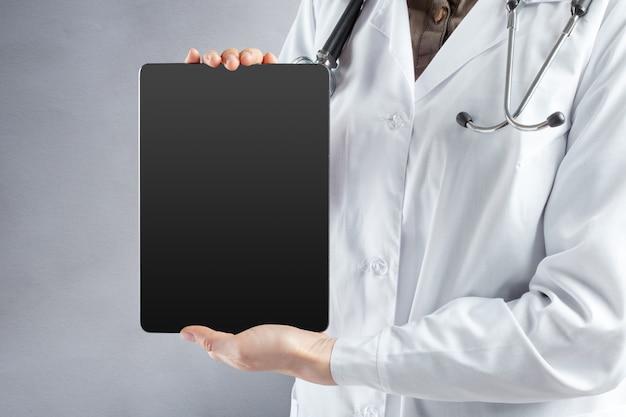 Планшетный компьютер в руках доктора