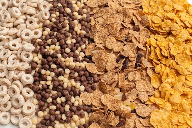 様々な冷たい穀物、子供向けの簡単な朝食、オーバーヘッドショット