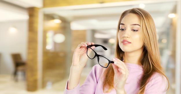 メガネの女