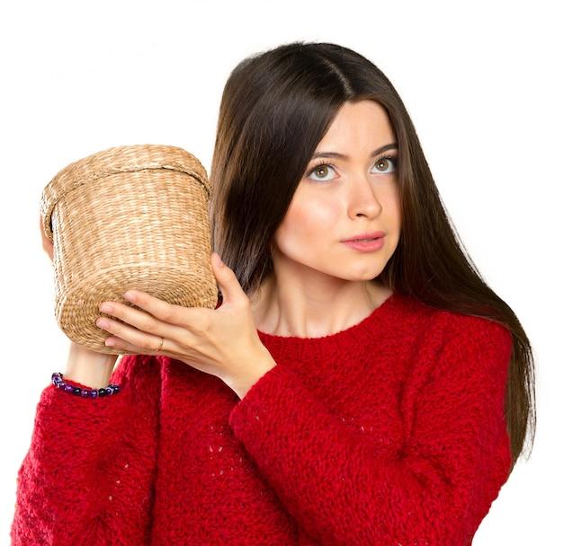 Молодая красивая женщина, открывая деревянный ящик