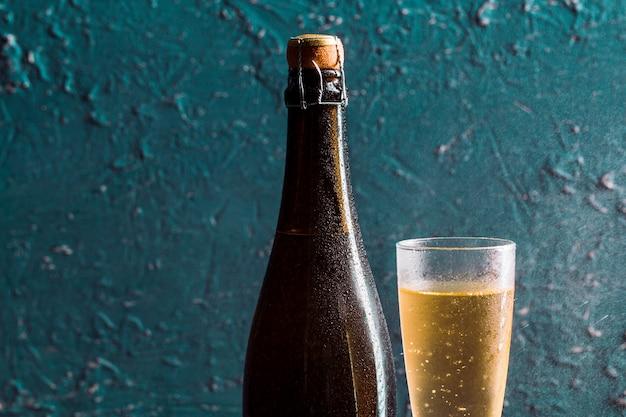 メガネとシャンパンのボトル