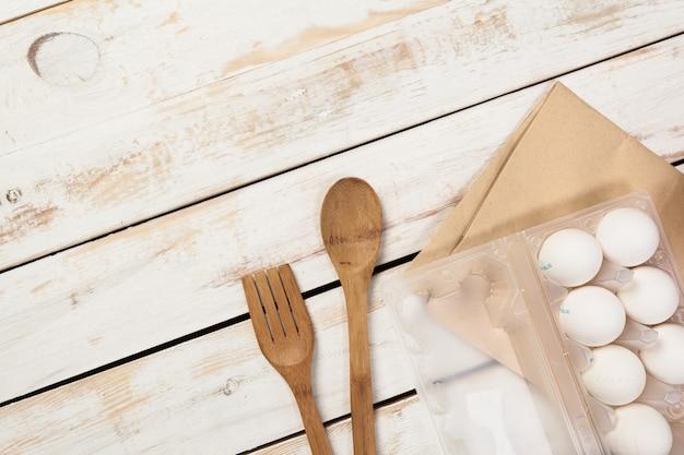 製パンの準備、さまざまなベーキング用品や食材の背景の平面図