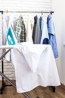 電気アイロンとシャツ