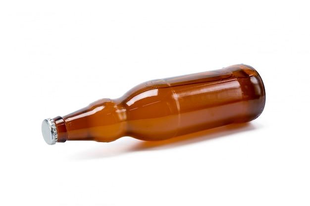 Бутылка пива на белом фоне